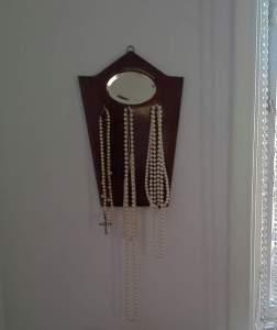 Mormors gamla borsthängare blev perfekt för mina pärlor..
